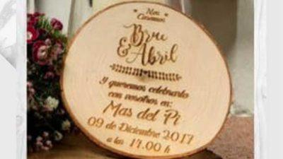 invitació de casament en una rodantxa de fusta