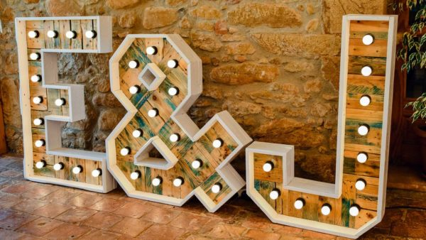 ramalaire wedding planner servei de casament servei de lloguer de material i decoracio de casament lletres inicials grans amb llums led per casaments