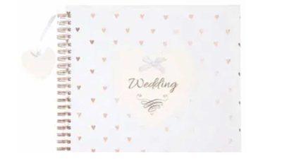 Llibre de firmes blanc amb cors a la portada
