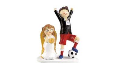 figura de nuvis amb el nuvi de celebració amb pilota de futbol i núvia enfadada asentada en una butaca