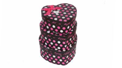 caixes en forma de cor de color negre amb topos roses i blancs