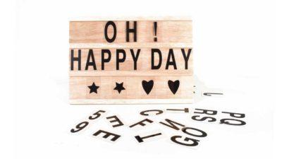 """cartell amb lletres de plàstic """"Oh happy day"""""""