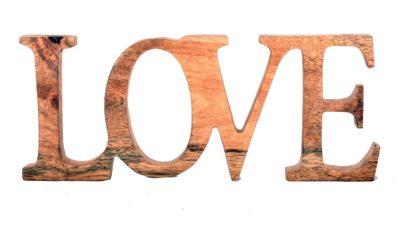 """Lletres de fusta amb la paraula """"Love"""""""