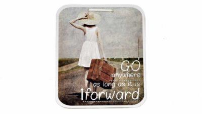 cuadre amb text i noia amb maleta i barret caminant per carretera