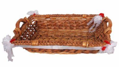 cistella de canya marró amb tela blanca