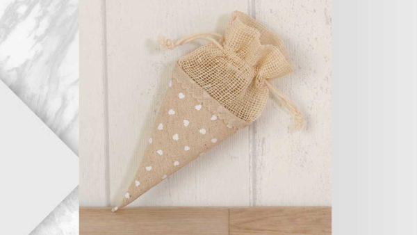 cono d'arròs amb decoració de cors i bossa