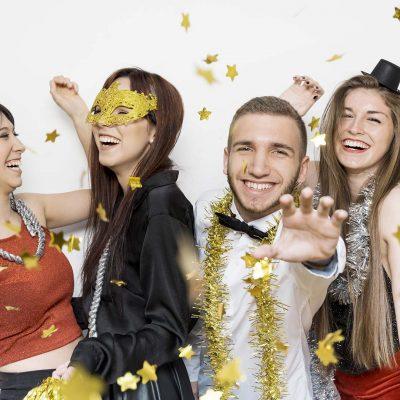 Señoras hombres riendo ropa noche confeti ornamento
